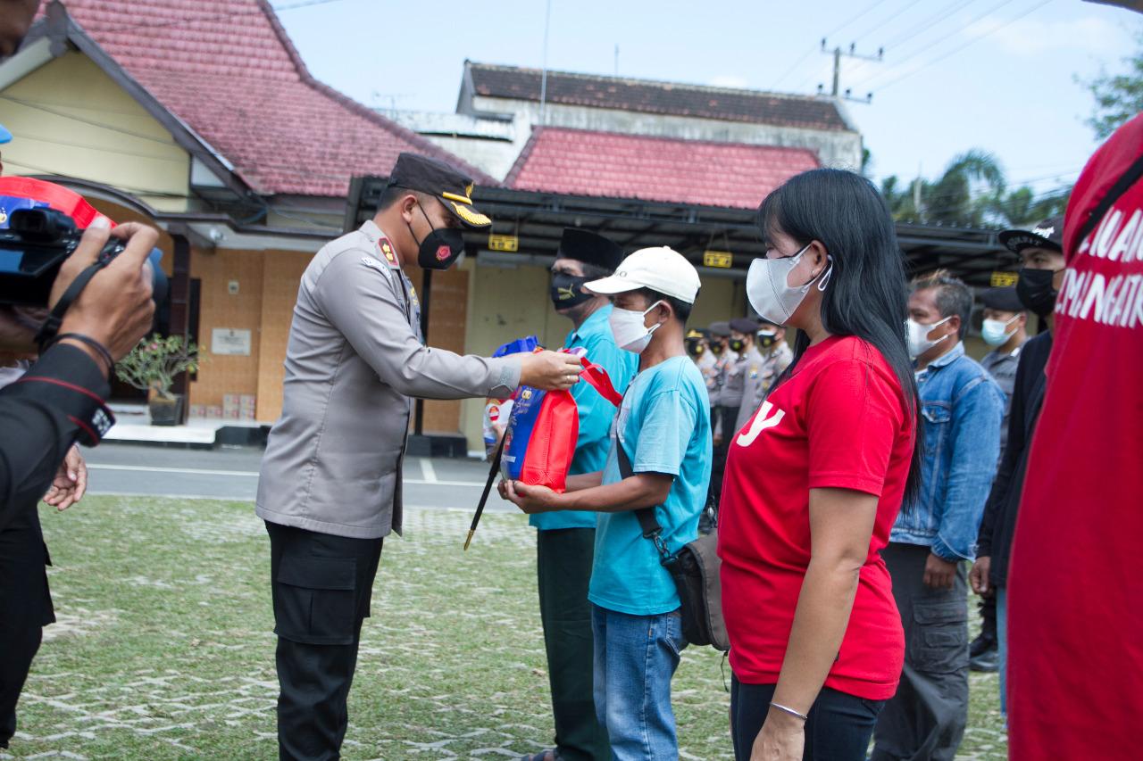 Polres Blitar Kota Distribusikan 51 Ton Beras Kepada Masyarakat yang Terdampak PPKM Darurat