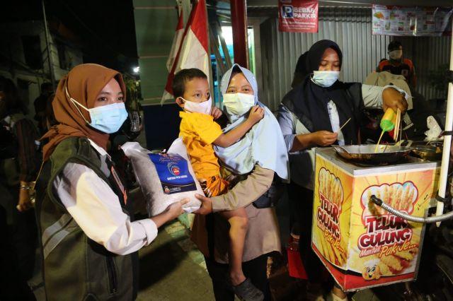 RSM dan Polrestabes Surabaya, Edukasi Warga PPKM Sembari Bagikan Sembako