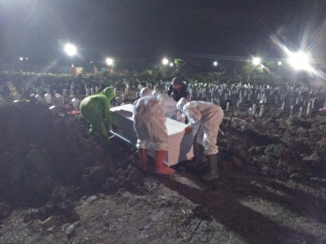 Kisah Petugas Pemakaman Jenazah Covid-19 di Surabaya, Bekerja Tanpa Batas Waktu