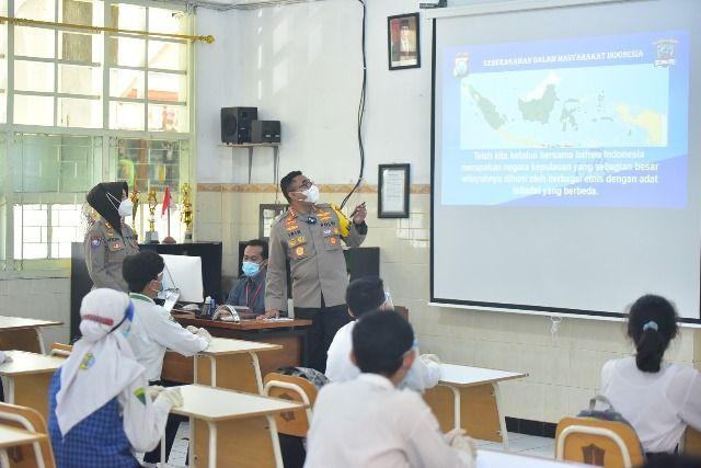Dukung Simulasi Sekolah Tatap Muka, Kapolrestabes Surabaya Jadi Guru