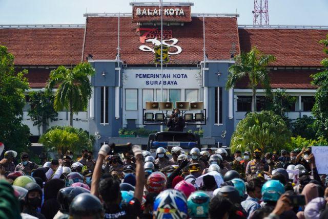 FOTO: Ratusan Warga Asal Madura Padati Balai Kota Surabaya