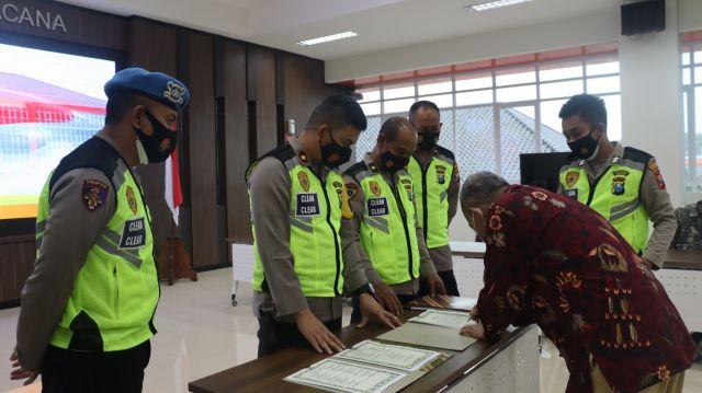 Panitia dan Peserta Seleksi Polri Teken Pakta Integritas di Gresik