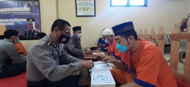Indahnya Ramadan, Tahanan Polda Jatim Mengaji Bareng Polisi