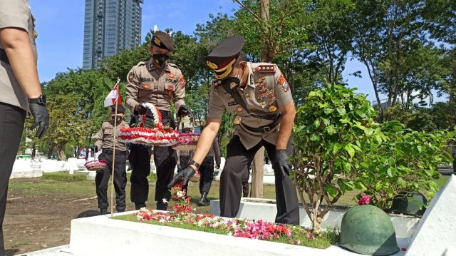 Momentum Hari Bhayangkara ke-75, Kapolda Jatim Ziarah ke TMP 10 November