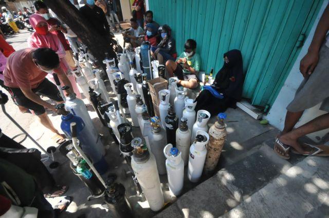 FOTO: Antrian Pengisian Oksigen di Surabaya