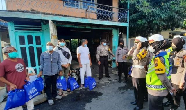 Momen Hari Kartini, Polwan Cantik Polda Kalsel Bantu Korban Kebakaran