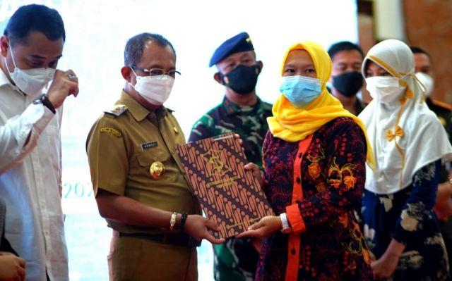 Eri Cahyadi & Cak Ji Menangis saat Beri Bantuan Keluarga KRI Nanggala