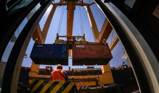 Selama Idul Fitri, Pelabuhan Tanjung Perak Tetap Beroperasi