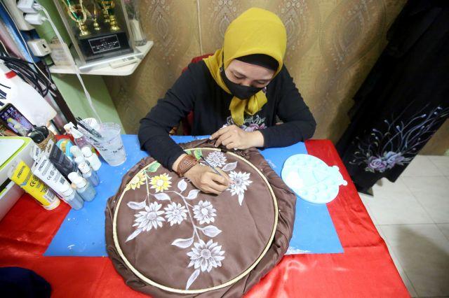 Berkah Lebaran, UMKM di Surabaya Panen Orderan Jilbab dan Masker Lukis
