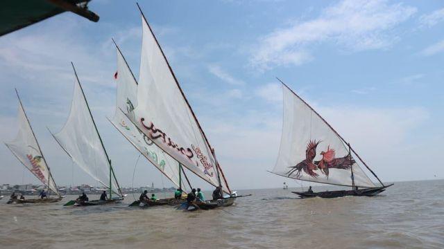 Semarak HUT RI ke-76, Lomba Balap Perahu Layar Tradisional di Pantai Kenjeran Surabaya