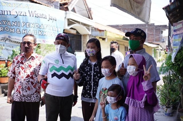 Blusukan di Kampung Rungkut Lor, Wakil Walikota Armuji Kenang Masa Kecil dan Silaturahim di Kediaman Ketua PCNU