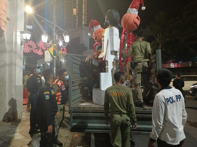 Duh! Timbulkan Kerumunan dan Kemacetan, Boneka Squid Game di Jalan Tunjungan Surabaya Dibongkar