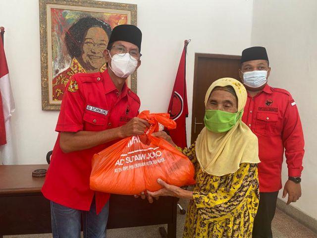 Salurkan Sembako Bambang DH, Ketua PDIP Surabaya: Memperkuat Akar di Kalangan Wong Cilik