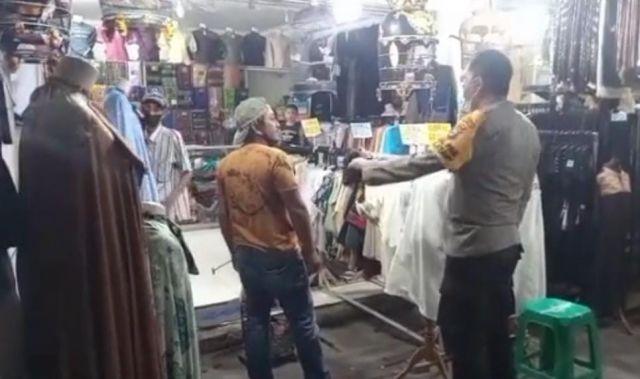 Pedagang Pakaian di Ampel Surabaya Ini Cuek sambil Bersihkan Sangkar Burung saat Polisi Menegur agar Menutup Tokonya