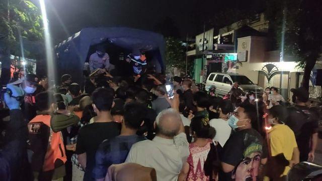 Bantuan Bansos Polda Jatim, Warga Berebut Tanpa Jaga Jarak