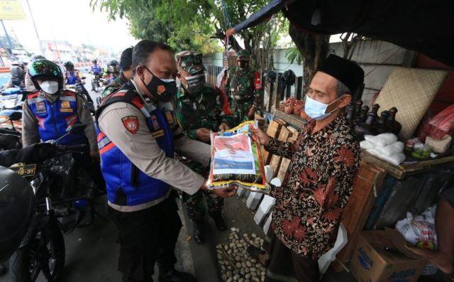 Bantuan PPKM Darurat akhirnya Disalurkan kepada Warga Jatim yang Membutuhkan