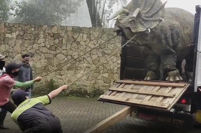 Dinosaurus Tanduk 3 Bikin Heboh di Dekat Telaga Sarangan, Ternyata....