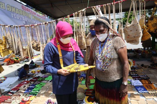 Pulang ke Jatim, Gubernur Khofifah Borong Noken di Pasar Mama-Mama Papua