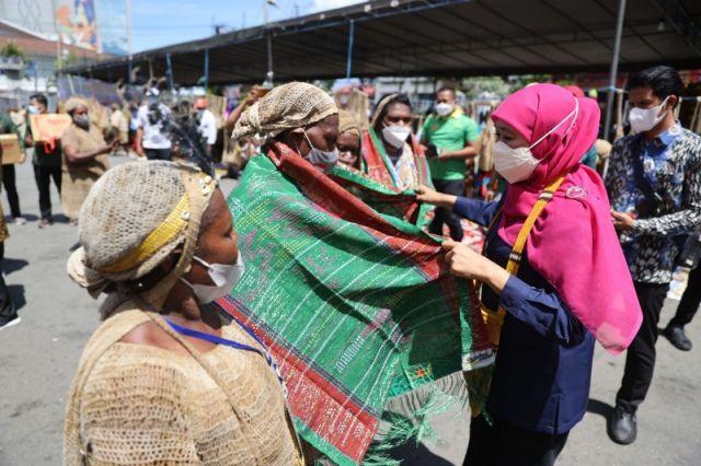 Gubernur Janji Undang Pelaku UMKM Papua di Pameran Dagang Jatim, Khofifah: Jawa Timur Ikut Bantu Promosi