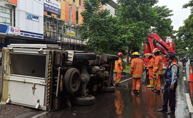 Truk Muat Buah Terguling di MERR Surabaya, Penyebabnya tak Cuma Licin
